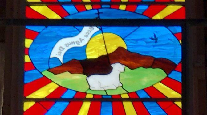 Le vitrail de la façade de La Chapelle Saint Jean a été mis en place